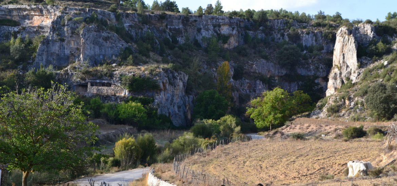 Senderistas caminan hacia cañón de roca en GR7