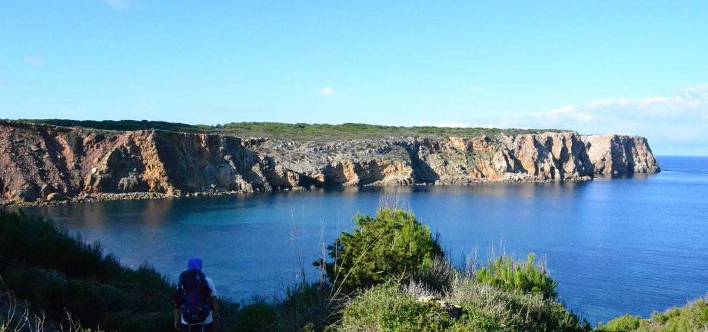 Senderista mirando el mar