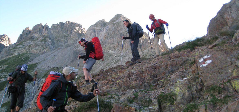 Grupo con equipación de montaña