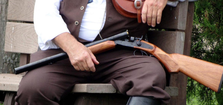 Cazador sentado con escopeta
