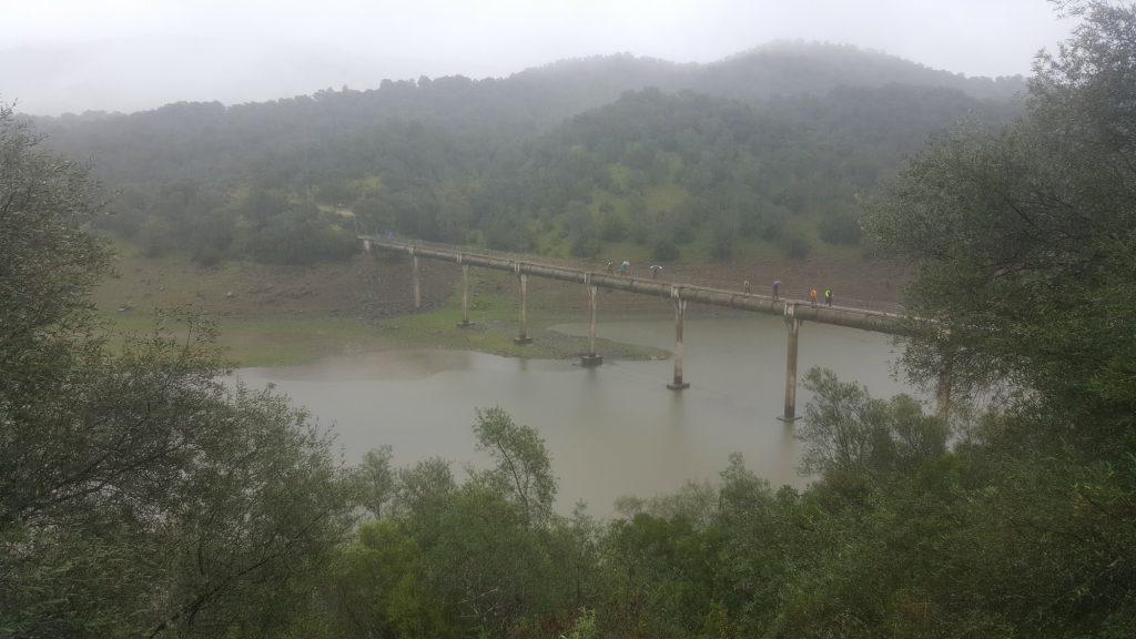 Senderistas cruzando un puente