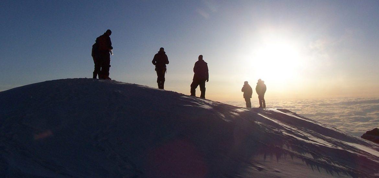 Montañeros en la nieve
