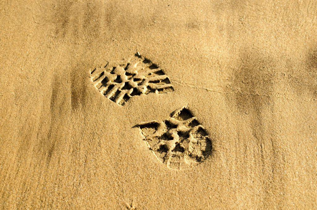 Huella de bota en la arena